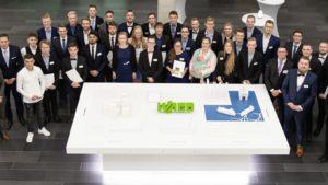 Die 37 Ausgezeichneten mit Wolfgang Hohorst (rechts) und Anja Knoop und Christian Hohorst (beide links) von der WAGO-Stiftung.
